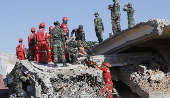 Μεγαλώνει ο αριθμός των θυμάτων από τον σεισμό
