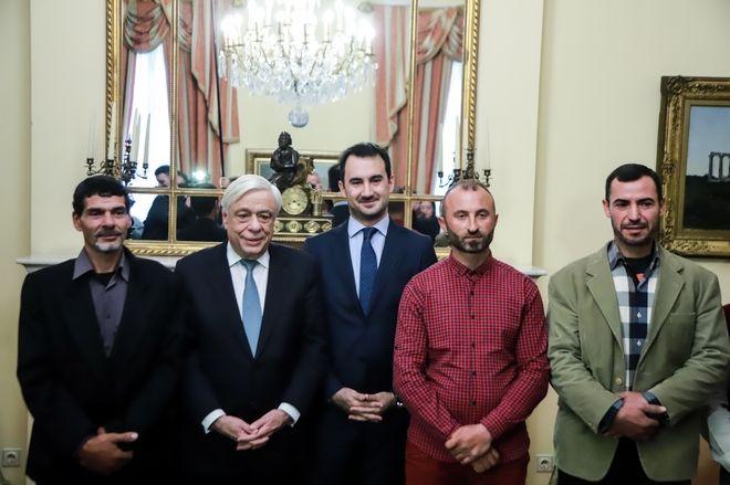 Συνάντηση του Προέδρου της Δημοκρατίας, Προκόπη Παυλόπουλου με τον Υπουργό Εσωτερικών, Αλέξη Χαρίτση και την Ευρωβουλευτή, Κωνσταντίνα Κούνεβα, οι οποίοι συνοδεύουν τους 3 αλλοδαπούς αλιείς που πολιτογραφήθηκαν τιμητικώς ως ένδειξη αναγνώρισης για την μέχρις αυτοθυσίας βοήθειά τους  προς τους πυρόπληκτους, κατά την διάρκεια της πυρκαγιάς στην Ανατολική Αττική
