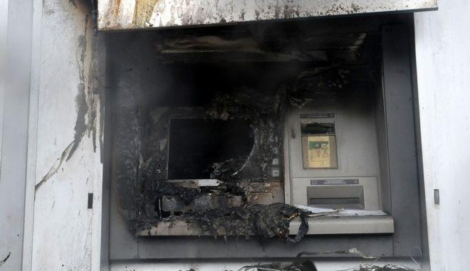 Εργάτες επιδιορθώνουν τις ζημιές σε υποκατάστημα τράπεζας στον Άγιο Δημήτριο μετά την εμπρηστική επίθεση στο Μηχάνημα Αυτόματης Ανάληψης (ΑΤΜ), την Δευτέρα 8 Δεκεμβρίου 2014. (EUROKINISSI/ΑΝΤΩΝΗΣ ΝΙΚΟΛΟΠΟΥΛΟΣ)
