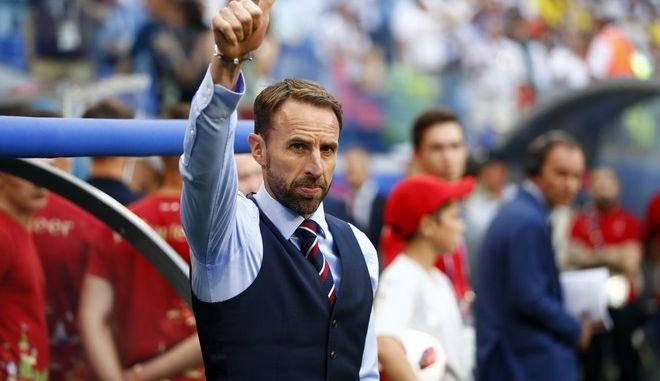 O προπονητής της Αγγλίας, Gareth Southgate δημιούργησε νέο trend στη βρετανική μόδα. (AP Photo/Matthias Schrader )