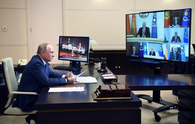 Ο Πούτιν χρησιμοποίησε από την αρχή την τεχνολογία, για να καλύψει και τις αδυναμίες του. Στη φωτογραφία παρακολουθεί τη σύσκεψη του Collective Security Treaty Organisation, στις 2/12 του 2020.