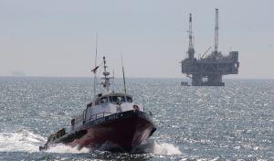 Πλοιάριο και στο βάθος πλατφόρμα εξόρυξης πετρελαίου, Αρχείο