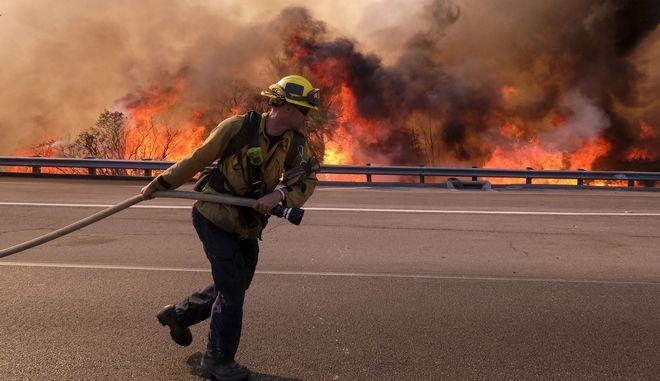 Οι πυροσβέστες στην Καλιφόρνια συνεχίζουν να δίνουν τη μάχη με τις φλόγες