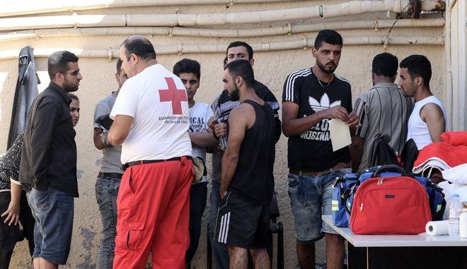 Διασώθηκαν οι 44 πρόσφυγες και μετανάστες που είχαν εγκλοβιστεί στο νησάκι Παξιμάδια ανοιχτά του Ρεθύμνου, από το βράδυ της Πέμπτης. Το σκάφος που τους μετέφερε πουρουσίασε πρόβλημα λόγω της θαλσασσοταραχής. Οι πρόσφυγες μεταφέρθηκαν στο Λιμεναρχείο Ρεθύμνου για να τους παρασχεθούν οι πρώτες βοήθειες και να γίνει η καταγραφή τους. Παρασκευή 22 Σεπτεμβρίου 2017 (EUROKINISSI//ΣΤΕΦΑΝΟΣ ΡΑΠΑΝΗΣ)(EUROKINISSI//ΣΤΕΦΑΝΟΣ ΡΕΠΑΝΗΣ)