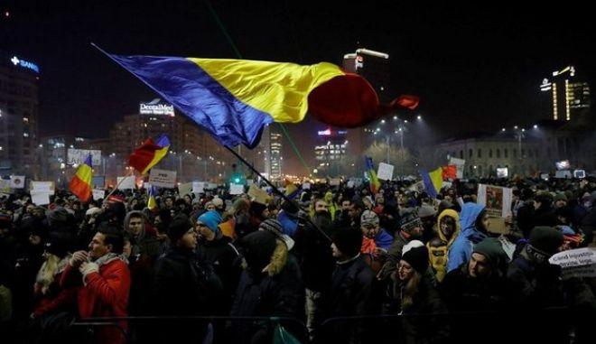 Ρουμανία: Μισό εκατομμύριο στον δρόμο κατά της κυβέρνησης