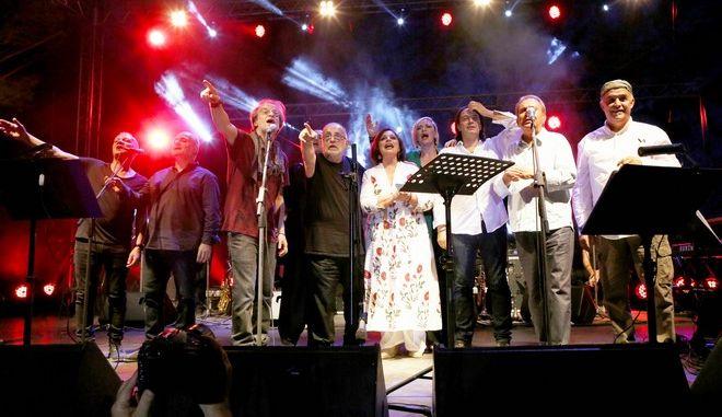 Δάκρυα και συγκίνηση στη συναυλία του Θάνου Μικρούτσικου