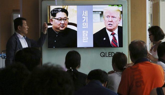 Νοτιοκορεάτες παρακολουθούν τηλεοπτικό ρεπορτάζ σχετικά με τις σχέσεις ΗΠΑ - Βόρειας Κορέας