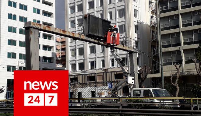 Συνεργεία αντικαθιστούν την επικίνδυνη πινακίδα στη Λ.Συγγρού