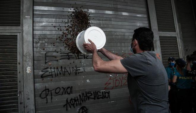 Μέλη του ΠΑΜΕ πέταξαν ελιές στην πόρτα του Υπουργείου Εργασίας