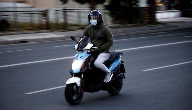 Άνδρας με μάσκα πάνω σε μηχανάκι στην Κύπρο