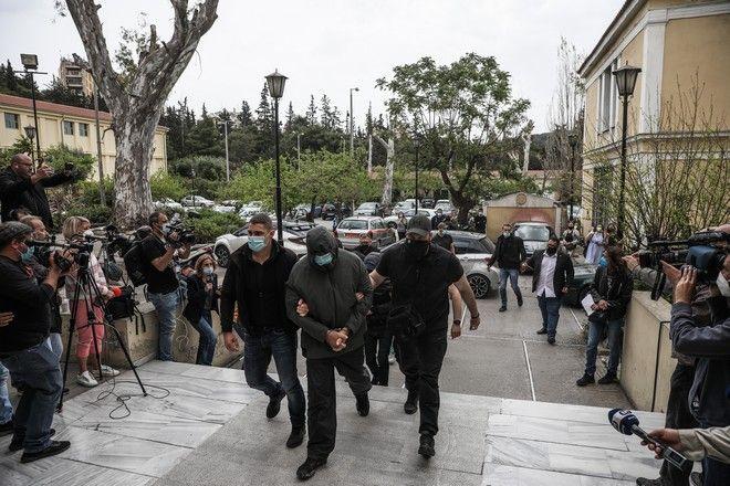Στον Εισαγγελέα Ποινικής Δίωξης οδηγήθηκε ο Μένιος Φουρθιώτης. Μαζί με τον παρουσιαστή στον εισαγγελέα οδηγήθηκαν και δύο ακόμα άτομα.