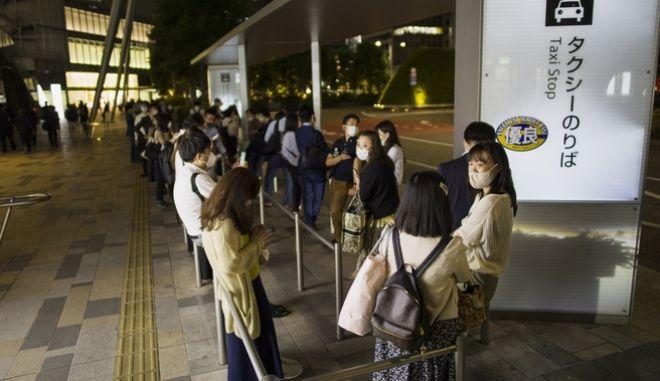 Πολίτες στην Ιαπωνία μετά το σεισμό
