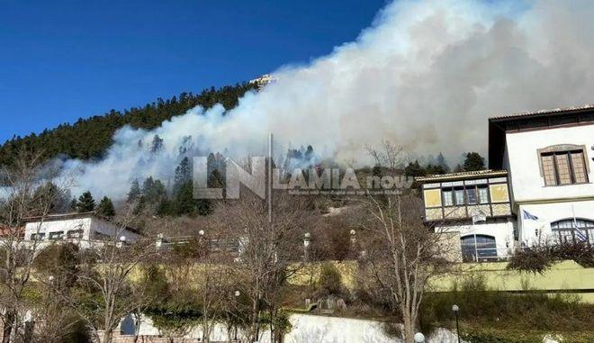 Φωτιά στο Καρπενήσι κοντά σε ξενοδοχείο