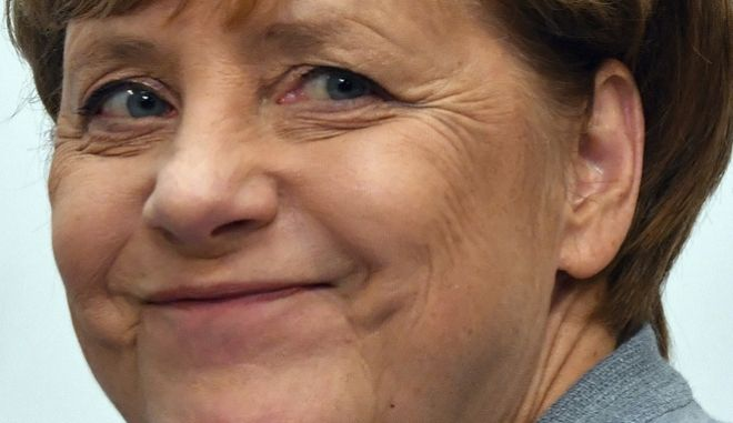 La canciller de Alemania, Angela Merkel, asiste a una reunión en la sede de su partido, en Berlín, el 25 de septiembre de 2017, un día después de las elecciones parlamentarias. (Boris Roessler/dpa via AP)