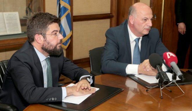 Ο νέος υπουργός Δικαιοσύνης Κώστας Τσιάρας μαζί με τον απερχόμενο Μιχάλη Καλογήρου κατά την τελετή παράδοσης - παραλαβής στο Υπουργείου Δικαιοσύνης
