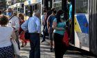 Συνωστισμός μέσα και έξω από λεωφορείο στην Αθήνα