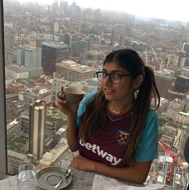 Η Mia Khalifa αποκάλυψε τι ομάδα είναι και οι οπαδοί διχάστηκαν