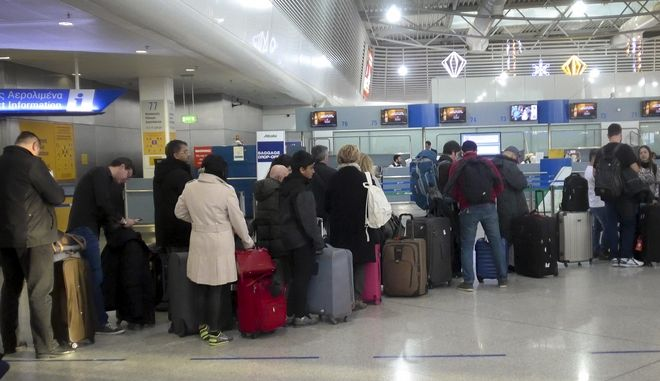 Ουρά ταξιδιωτών στο αεροδρόμιο Ελευθέριος Βενιζέλος