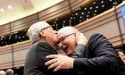 Ο πρόεδρος της Κομισιόν Ζαν Κλοντ Γιούνκερ φιλάει το κεφάλι του αντιπροέδρου Φρανς Τίμερμανς κατά τη διάρκεια συνεδρίασης της ευρωβουλής