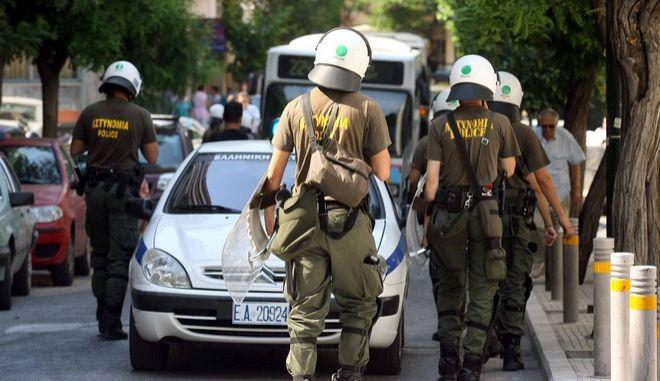 Αστυνομικοί στο Υπουργείο Πολιτισμού