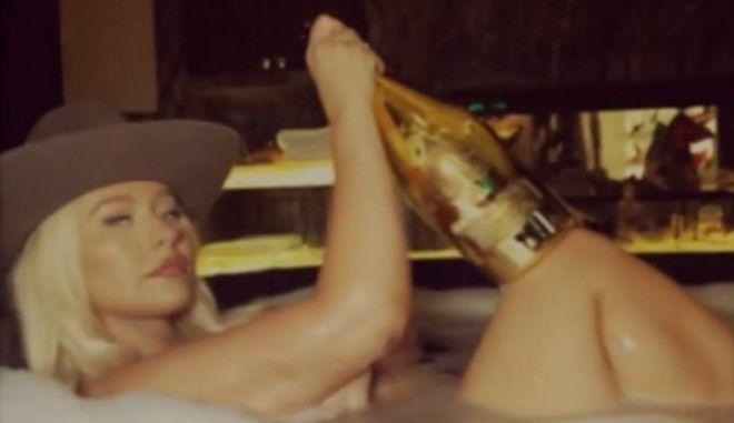 Η Κριστίνα Αγκιλέρα γυμνή στη μπανιέρα