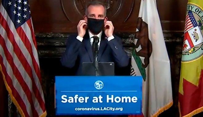 Ο δήμαρχος του LA συνέστησε στους πολίτες να καλύπτουν τα πρόσωπά τους όταν βγαίνουν έξω