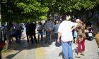 Καταναλωτές της ΔΕΗ περιμένουν στην ουρά.