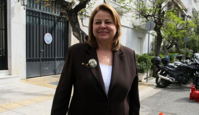 Η πρόεδρος της Εθνικής Τράπεζας Λούκα Κατσέλη αποχωρεία πο το Μέγαρο Μαξίμου την Μεγ. Δευτέρα 6 Απριλίου 2015. (EUROKINISSI/ΤΑΤΙΑΝΑ ΜΠΟΛΑΡΗ)
