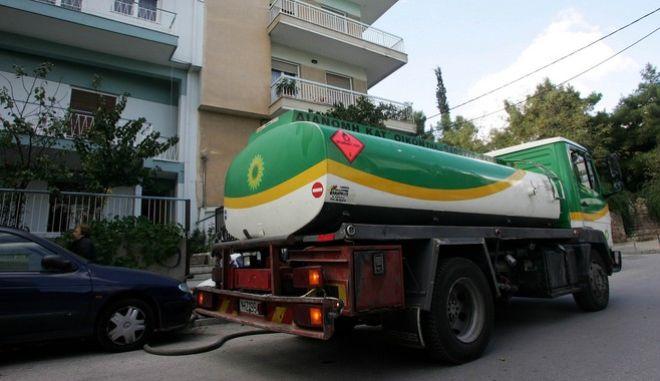 Βυτιοφόρο μεταφοράς υγρών καυσίμων παραδίδει πετρέλαιο θέρμανσης σε κατοικία της Αθήνας