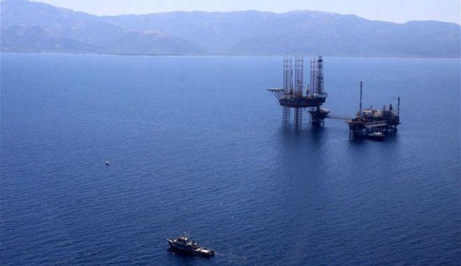 Συνωστισμός γεωτρύπανων και πολεμικών πλοίων στην κυπριακή ΑΟΖ