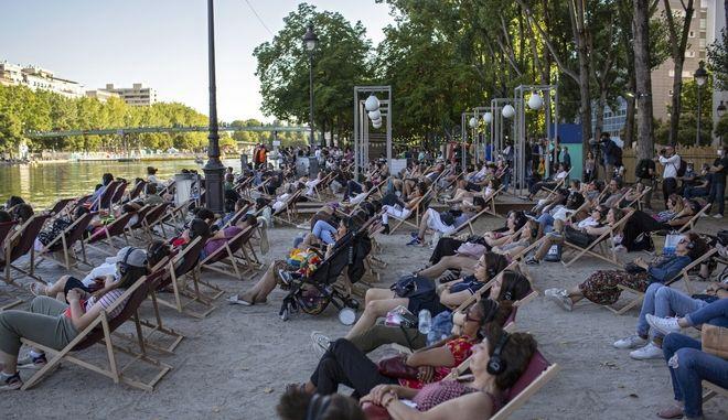 Τεχνητή παραλία στις όχθες του Σηκουάνα στο Παρίσι