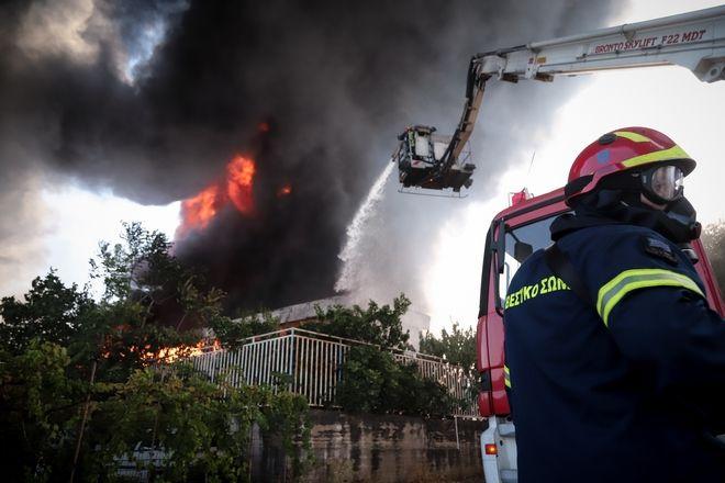 Πυρκαγιά σε εργοστάσιο πλαστικών στη Μεταμόρφωση Αττικής.