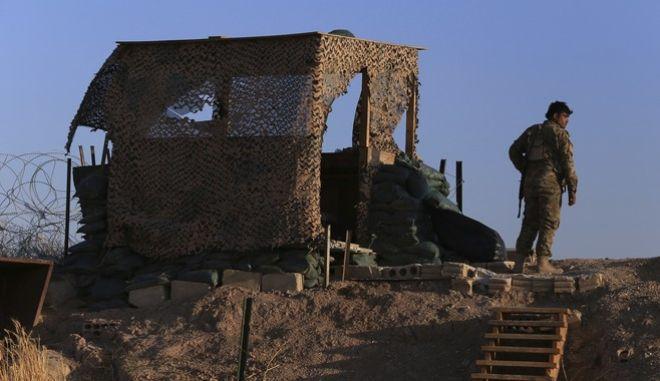 Μαχητής των Συριακών Δημοκρατικών Δυνάμεων (SDF) σε φυλάκιο στην πόλη Tel Abyad