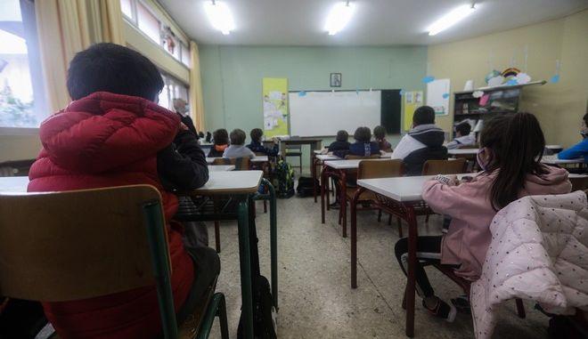 Επανέναρξη μαθημάτων στο 6ο Δημοτικό Σχολείο Γλυφάδας, την Δευτέρα 11 Ιανουαρίου 2021. Οι μαθητές και οι μαθήτριες της Γενικής Πρωτοβάθμιας Εκπαίδευσης επιστρέφουν στα θρανία τους μετά από μία δίμηνη διακοπή, εξαιτίας των επιδημιολογικών δεδομένων απο την πανδημία του κορονοϊού που παρουσιάστηκαν στην επικράτεια από τον περασμένο Νοέμβριο. (EUROKINISSI/ΓΙΑΝΝΗΣ ΠΑΝΑΓΟΠΟΥΛΟΣ)