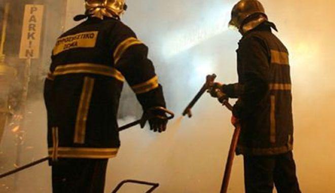 Επίθεση με μολότοφ σε όχημα της Πυροσβεστικής στο κέντρο της Αθήνας