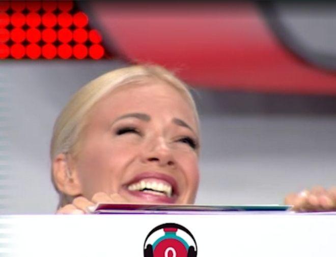 Η Ζέτα Μακρυπούλια αδυνατεί να συγκρατήσει τα γέλια, μετά την αναπάντεχη απάντηση του παίκτη στον τελικό του Ρουκ Ζουκ