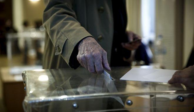 """Δεύτερος γύρος των εκλογών στον Δικηγορικό Σύλλογο Αθηνών (ΔΣΑ), την Κυριακή 3 Δεκεμβρίου 2017. Στον ΔΣΑ """"μονομάχοι"""" είναι ο Δημήτρης Βερβεσός, ο οποίος στον πρώτο γύρο έλαβε ποσοστό 25,75% (2.785 σταυρούς) και ο Δημήτρης Αναστασόπουλος, ο οποίος έλαβε ποσοστό 17,42% (1.884 σταυρούς). (EUROKINISSI/ΣΤΕΛΙΟΣ ΜΙΣΙΝΑΣ)"""