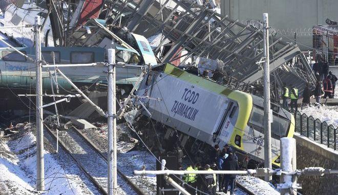 Διασώστες στο σημείο όπου σημειώθηκε η σιδηροδρομική τραγωδία στην Άγκυρα