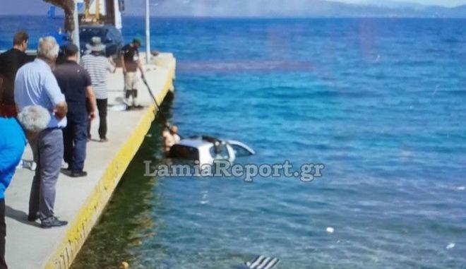 Αρκίτσα: Αυτοκίνητο έπεσε στη θάλασσα αντί να μπει στο πλοίο