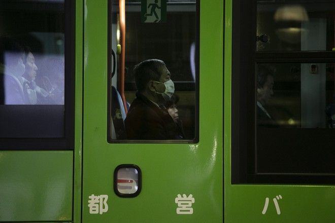 Κινέζος που φοράει μάσκα για να προστατευτεί από τον νέο κοροναϊό
