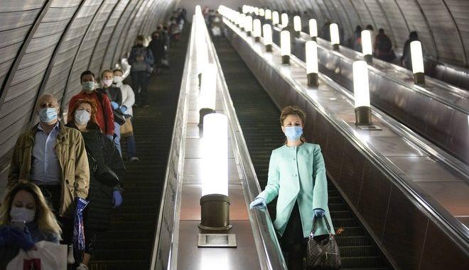 Πολίτες της Ρωσίας με μάσκες στο μετρό
