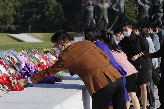 Πολίτες επισκέπτονται τον λόφο Mansu για να αφήσουν λουλούδια στα χάλκινα αγάλματα των πρώην ηγετών της Βόρειας Κορέας, με την ευκαιρία της 75ης επετείου από την ίδρυση του Κόμματος των Εργατών