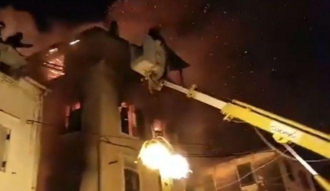 Το φλεγόμενο σπίτι απ΄ το οποίο έπεσε η γυναίκα αγκαλιά με την κόρη της