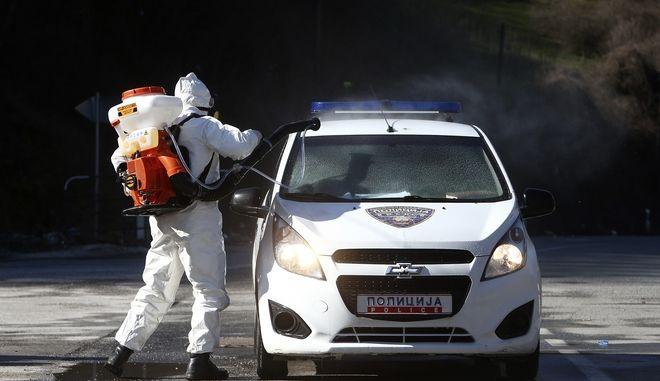 Απολύμανση σε όχημα λόγω κορονοϊού στη Βόρεια Μακεδονία