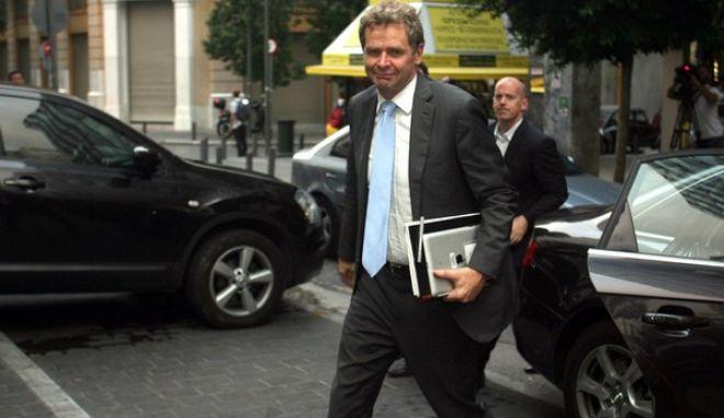 Ο Πολ Τόμσεν κατα την είσοδό του στο υπουργείο Οικονομικών για τη συνάντηση των επικεφαλής της τρόικα και του υπουργού Γιάννη Στουρνάρα την Πέμπτη 11 Οκτωβρίου 2012.  Στο επίκεντρο των επαφών βρέθηκαν τα νέα μέτρα ύψους 11,5 δισ., τα οποία η ελληνική κυβέρνηση επιδιώκει να «κλειδώσει» πριν από τη Σύνοδο Κορυφής.  Μέχρι τότε θα πρέπει να υλοποιήσει την πλειοψηφία των 89 διαρθρωτικών μεταρρυθμίσεων που αποτελούν προαπαιτούμενα από την τρόικα προκειμένου να δώσουν το «πράσινο φως» για την εκταμίευση των 31,5 δισ. ευρώ.  (EUROKINISSI/ΤΑΤΙΑΝΑ ΜΠΟΛΑΡΗ)