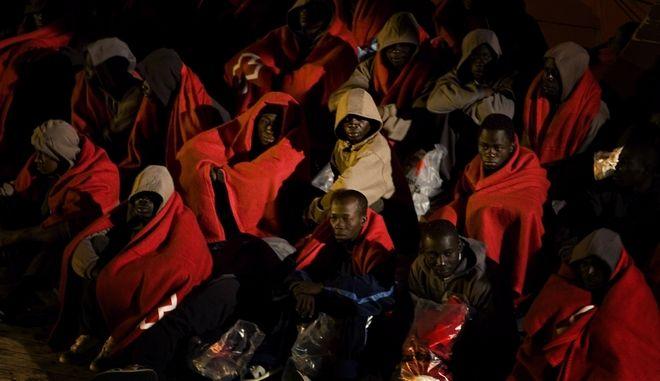 Μετανάστες κάθονται στο κατάστρωμα σκάφους ακτοφυλακής στο λιμάνι της Τενερίφης, Ισπανία