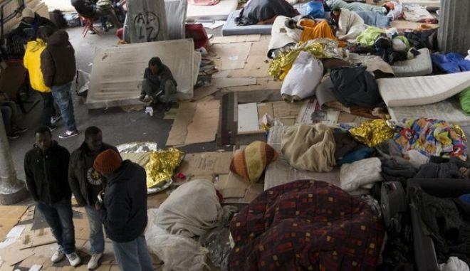 Παρίσι: Εκατοντάδες μετανάστες αφημένοι στη μοίρα τους σε αυτοσχέδιο καταυλισμό