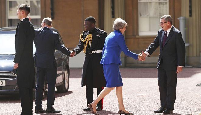 Η Τερέζα Μέι πήγε στο Μπάκιγχαμ και υπέβαλε την παραίτησή της στη βασίλισσα