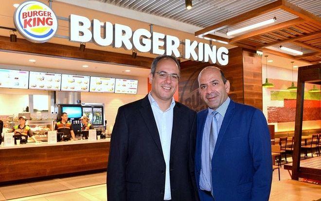 Στιγμιότυπο από τα εγκαίνια του πρώτου καταστήματος Burger King στην Ελλάδα στο αεροδρόμιο Ρόδου. Αριστερά προς Δεξιά: O κύριος Γιώργος Βήλος Γενικός Διεθυντής Εμπορικής και Επιχειρηματικής Ανάπτυξης της Fraport Greece μαζί με τον Διευθύνοντα Σύμβουλο της SSP Eastern Europe & Middle East κύριο Γεώργιο Αντωνίου.