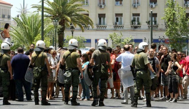 Ένταση έξω από την Πρυτανεία του Παναπιστημίου Αθυηνών την Δευτέρα 8 Ιουλίου 2013. Τα επεισόδια ξεκίνησαν όταν φοιτητές προσπάθησαν να απελευθερώσουν άλλους φοιτητές που είχαν προσαχθεί από τους αστυνομικούς μετά την κατάληψη της Πρυτανείας νωρίτερα.  Η αστυνομία έκανε χρήση χημικών προκειμένου να προχωρήσει με τις προσαγωγές. Το κτίριο είχε αποκλειστεί από ισχυρότατες αστυνομικές δυνάμεις μετά την κατάληψη που έγινε λίγο μετά τις 10.30 από φοιτητές. Οι φοιτητές εισέβαλλαν στην Πρυτανεία την ώρα που ήταν σε εξέλιξη συνεδρίαση για θέματα του πανεπιστημίου. Οι φοιτητές εισέβαλλαν στην αίθουσα θέλοντας όπως λένε να ακουστεί η φωνή τους. Τότε κάποιος ειδοποίησε την αστυνομία και με εντολή εισαγγελέα το Πανεπιστήμιο έχει αποκλειστεί περιμετρικά από ΜΑΤ και αστυνομικούς της Ομάδας ΔΕΛΤΑ και ΔΙΑΣ. (EUROKINISSI/ΤΑΤΙΑΝΑ ΜΠΟΛΑΡΗ)